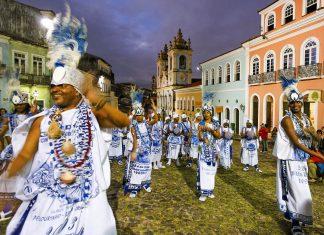 Eine Musikgruppe am nächtlichen Pelourinho in der Altstadt von Salvador, Brasilien - © ostill / Shutterstock