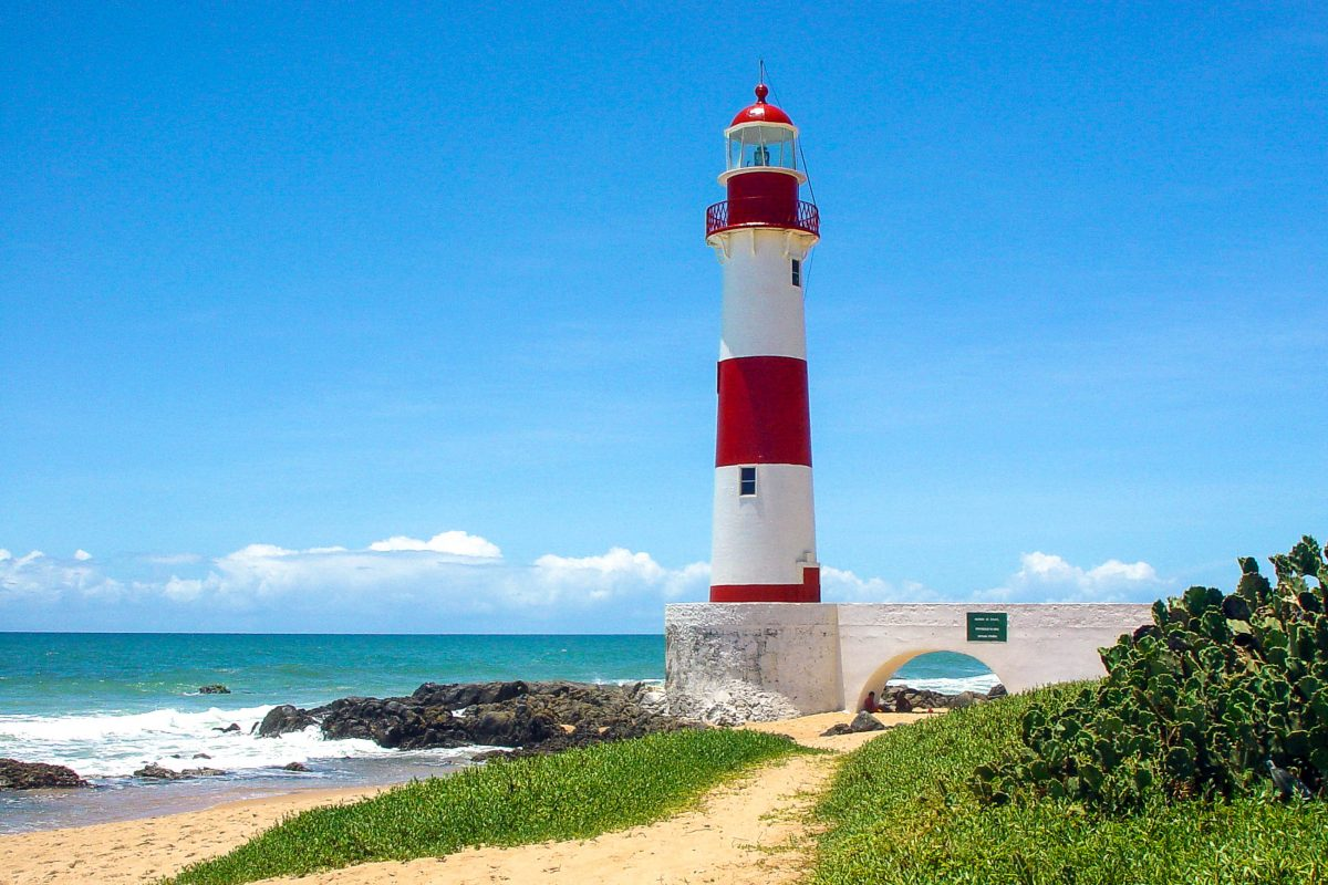 Farol de Itapuã, der Leuchtturm am Praia da Itapuã, dem schönsten Stadtstrand von Salvador da Bahia, Brasilien - © Vinicius Tupinamba/Shutterstock