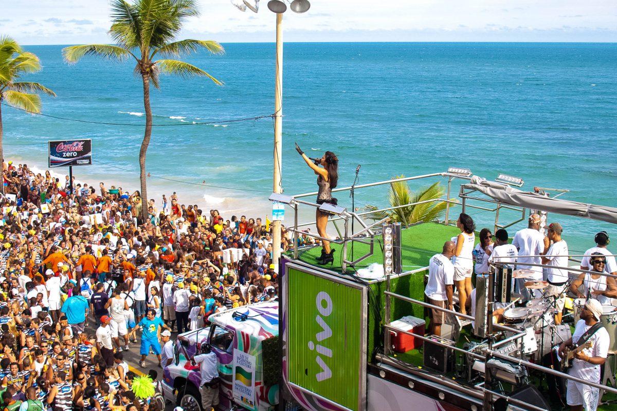 Ivete Sangalo, eine bekannte Axé-Sängerin und -Komponistin beim Karneval in Salvador da Bahia, Brasilien - © ViniciusTupinamba/Shutterstock
