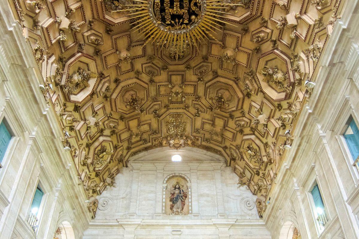 Legt man den Kopf in den Nacken bietet sich einem an der Decke der Catedral Basílica in Salvador da Bahia eine wahre Pracht aus vergoldeten Schnitzereien, Brasilien - © FRASHO / franks-travelbox