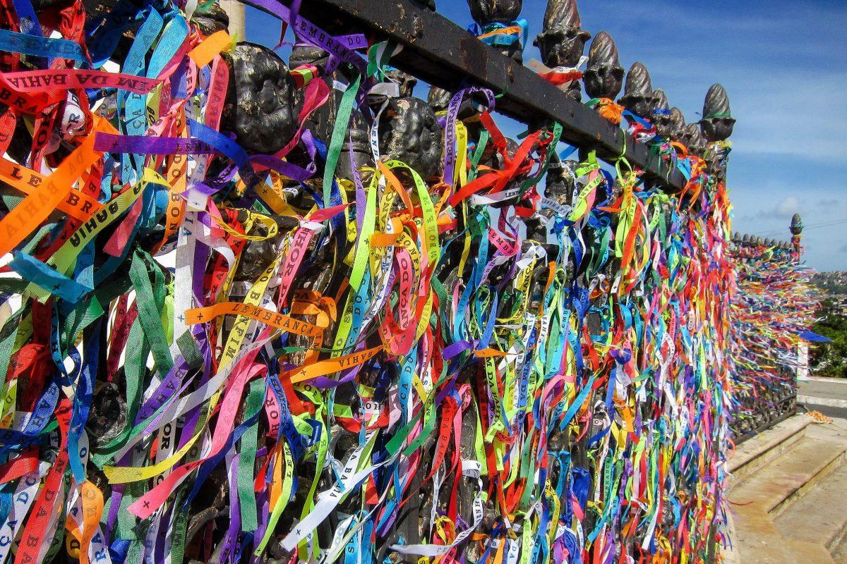 """Rund um die Igreja do Bonfim in Salvador, Brasilien, werden an zahlreichen Ständen bunte Stoffbänder, die so genannten """"Fitinhas"""", verkauft - © FRASHO / franks-travelbox"""