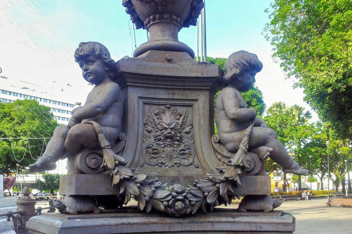 Seit dem späten 19. Jahrhundert zieren den Praça do Campo Grande in Salvador mehrere Denkmäler, die sich um das zentrale Denkmal des 2. Juli gruppieren, Brasilien - © FRASHO / franks-travelbox