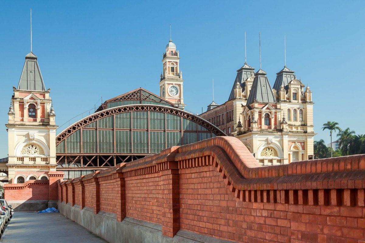 Das heutige Erscheinungsbild des Bahnhofs Luz in Sao Paulo stammt aus dem Jahr 1901, das Design verantwortete damals der britische Architekt Henry Driver, Brasilien - © cifotart / Shutterstock