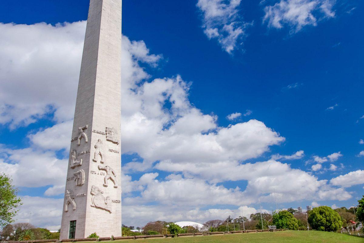 Der 72m hohe Obelisk aus schneeweißem Marmor im Ibirapuera-Park in Sao Paulo, Brasilien - © gary yim / Shutterstock