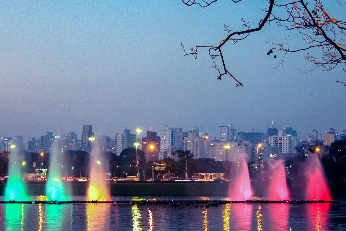 Der Springbrunnen im Ibirapuera-Park in Sao Paulo komponiert mit mehreren Fontänen eine rauschende Symphonie, Brasilien - © RosaMariaFiuzaSciulloFaria/Shutterstock