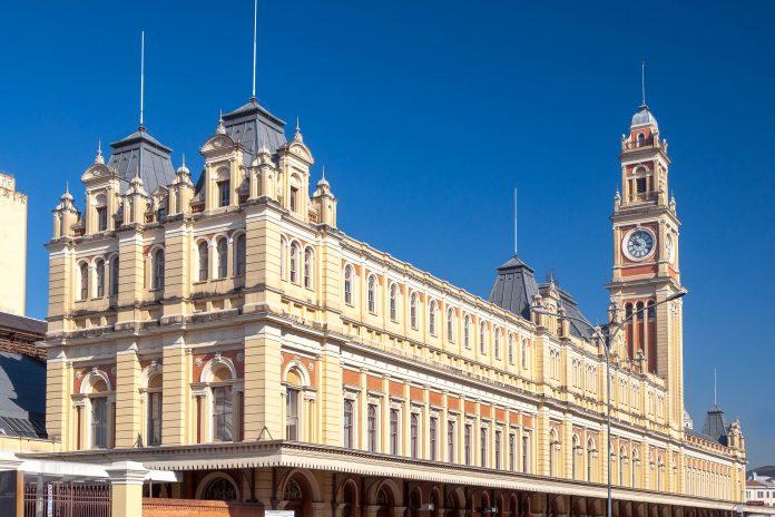 Die Bahnstation Luz in São Paulo fällt durch ihren viktorianischen Stil und den markanten Uhrturm auf und beherbergt das städtische Musuem der portugiesischen Sprache, Brasilien - © cifotart / Shutterstock