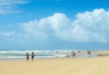 Beim Baden und Schwimmen am Praia Flamengo ist vor allem bei Flut auf starken Wellengang und unberechenbare Strömungen zu achten, Brasilien - © FRASHO / franks-travelbox