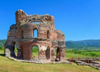 Als eines der wenigen Beispiele für die mittelalterliche byzantinische Architektur Bulgariens stellt die Red Church ein bedeutendes Baudenkmal dar - © FRASHO / franks-travelbox.com