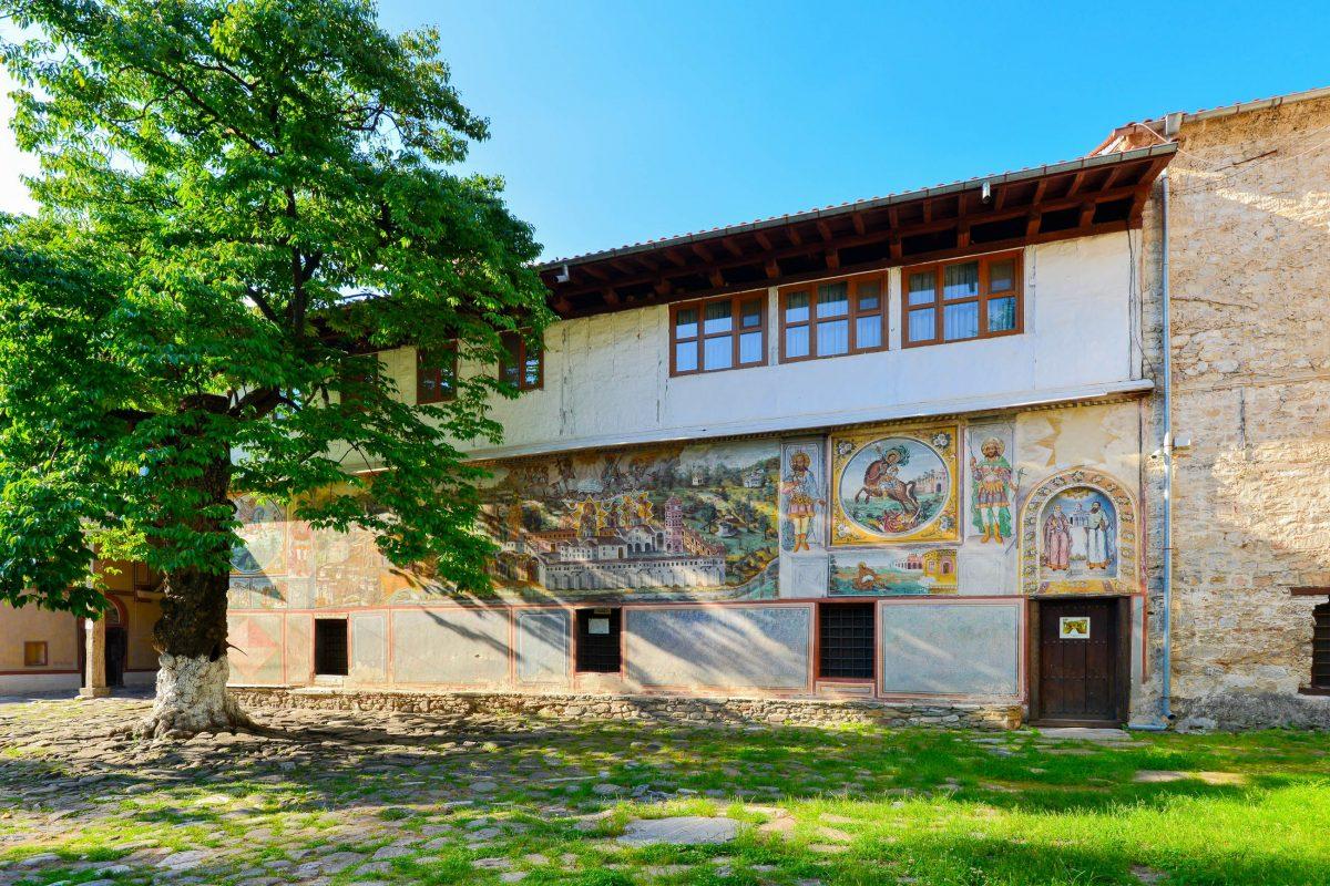 Auf der Südseite des Batschkovo-Klosters ist die größte Wandmalerei Bulgariens zu finden - © FRASHO / franks-travelbox