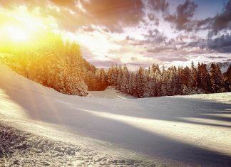 Hoher Niederschlag im Winter und zahlreiche Schneekanonen garantieren in Bansko von Dezember bis April beste Pistenverhältnisse, Bulgarien - © ver0nicka / Shutterstock