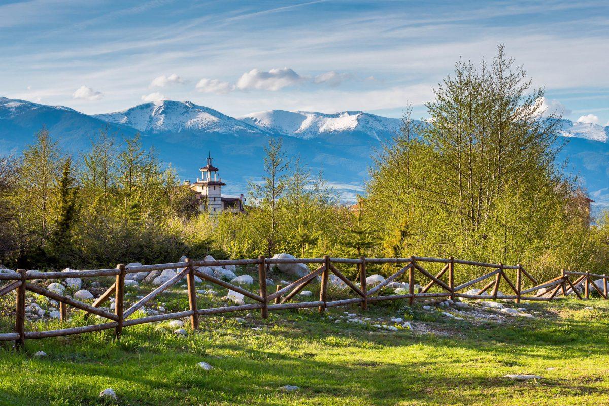 Nicht nur im Winter, auch in der warmen Jahreszeit erfreut sich Bansko bei Bulgarien-Urlaubern zunehmender Beliebtheit - © Nataliya Nazarova / Shutterstock