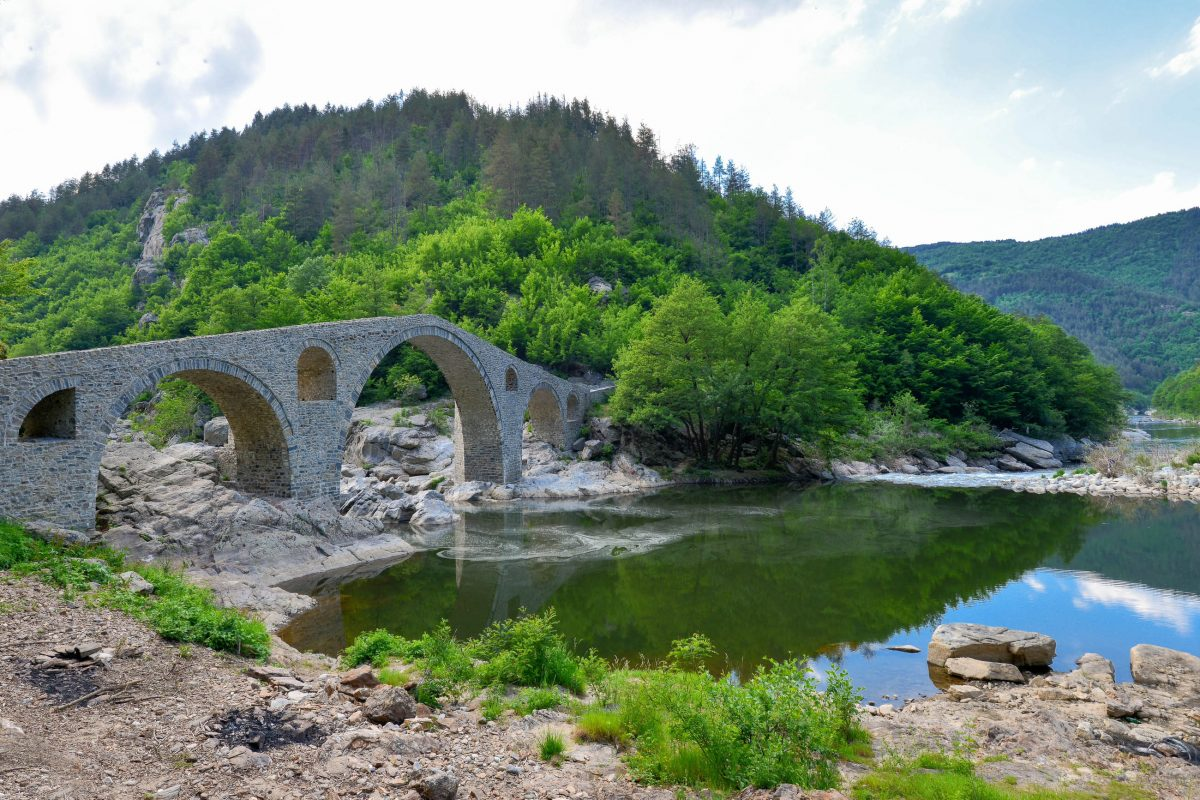 Bei Dunkelheit geht von der hoch aufragenden Teufelsbrücke zwischen ihren einsamen Berghängen tatsächlich eine unheimliche Aura aus, Bulgarien - © FRASHO / franks-travelbox