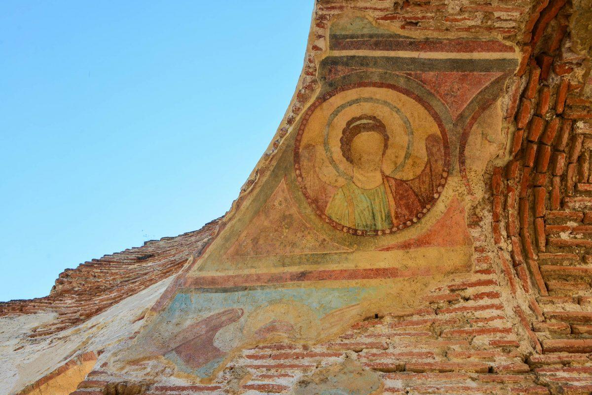 Bei einem Blick hinter die Nordwand, ins ehemalige Innere der Kirche, offenbart sich die einstige Pracht der Red Church - © FRASHO / franks-travelbox.com