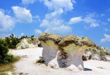 Die steinernen Pilze bei Beli Plast im südlichen Bulgarien entstanden über Jahrtausende aus verschieden hartem Tuffgestein - © FRASHO / franks-travelbox