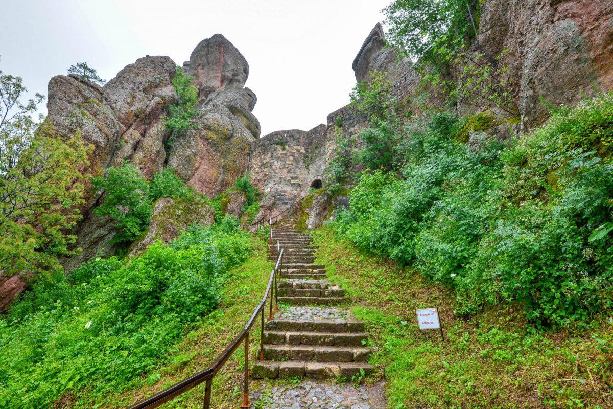 Beim Anblick der hoch aufragenden Felsen von Belogradchik ist es nicht verwunderlich, dass die Römer hier eine Festung errichtet haben, Bulgarien - © FRASHO / franks-travelbox
