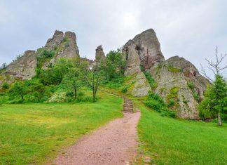 Ein schmaler Weg und einige Treppen führen zum höchsten und schönsten Teil der Festung von Belogradchik, Bulgarien - © FRASHO / franks-travelbox