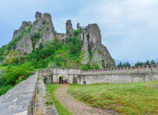 Inmitten der berühmten Felsen von Belogradchik schmiegt sich im Nordwesten von Bulgarien die spektakuläre Kaleto-Festung in die steilen Klippen - © FRASHO / franks-travelbox