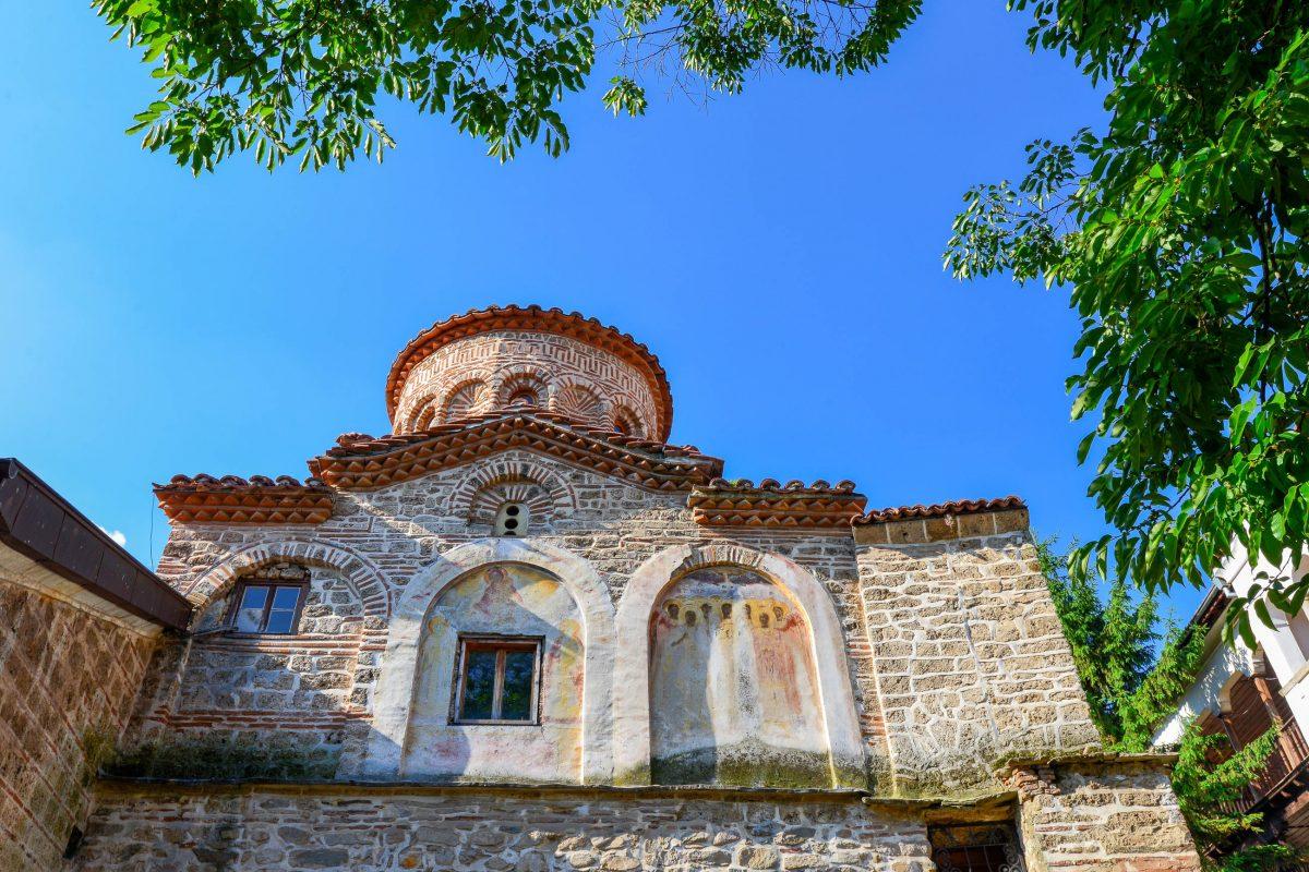 Das bulgarisch-orthodoxe Maria Himmelfahrts-Kloster von Batschkovo besteht aus drei mehrere hundert Jahre alten Kirchen und einem Beinhaus, Bulgarien - © FRASHO / franks-travelbox