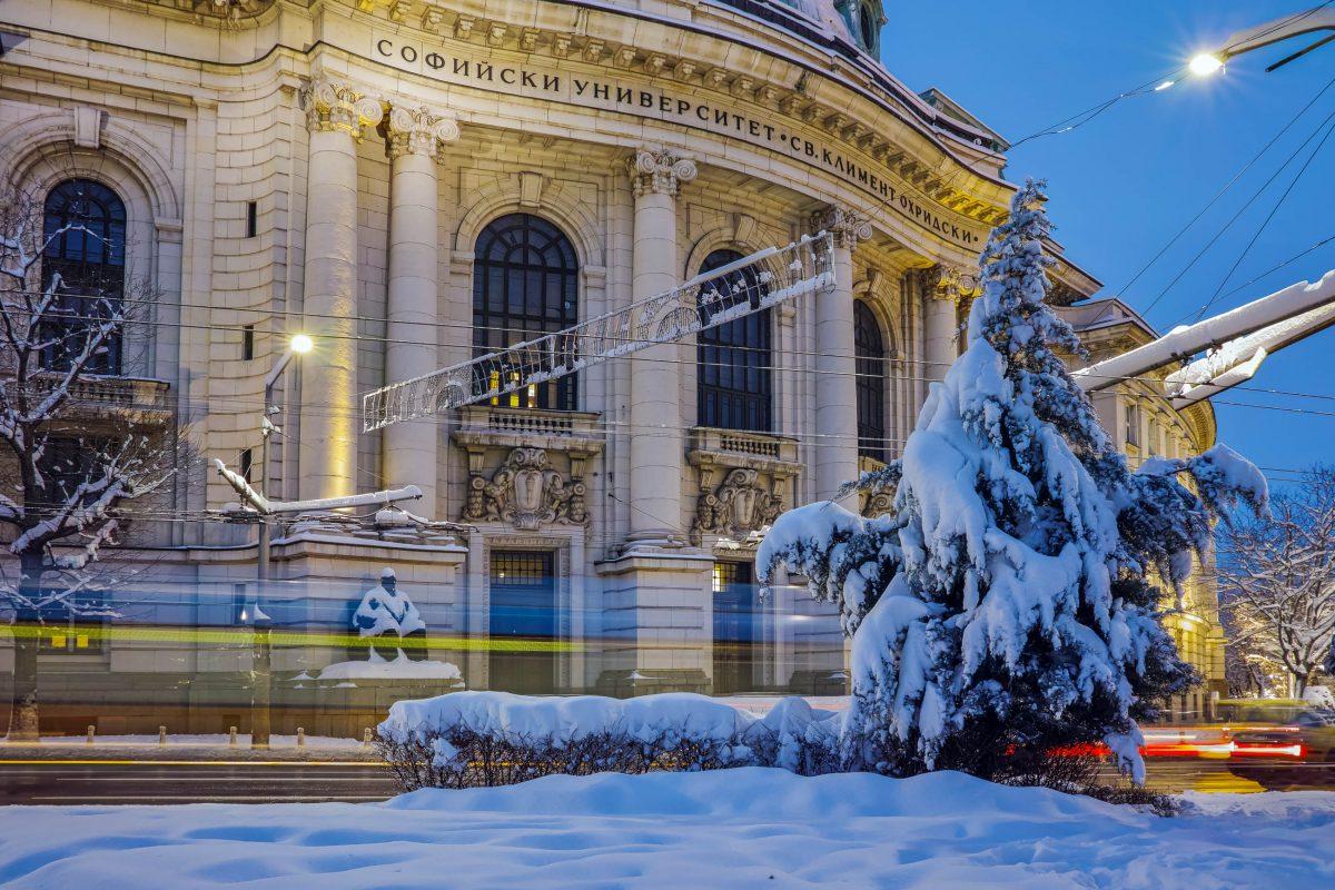 Das Hauptgebäude mit dem Rektorat der größten Universität von Bulgarien befindet sich auf dem 15 Tsar Osvoboditel Blvd in Sofia - © stoyanh / Shutterstock