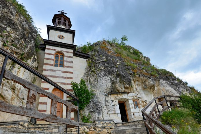 Das Kloster Basarbovski ist das einzige noch bewohnte Felsenkloster Bulgariens - © FRASHO / Kathedrale von Lima