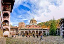 Das Rila Kloster gilt als Nationalheiligtum und beeindruckt Pilger und Touristen durch sein reich verziertes Erscheinungsbild, Bulgarien - © narvall / Fotolia