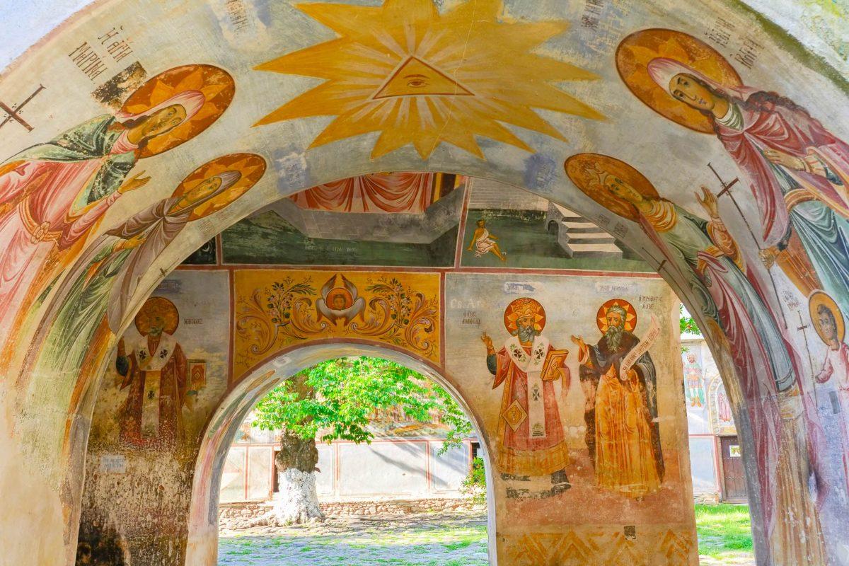 Das zweitgrößte Kloster Bulgariens in Batschkovo ist vor allem für seine spektakulären Wandmalereien bekannt - © FRASHO / franks-travelbox