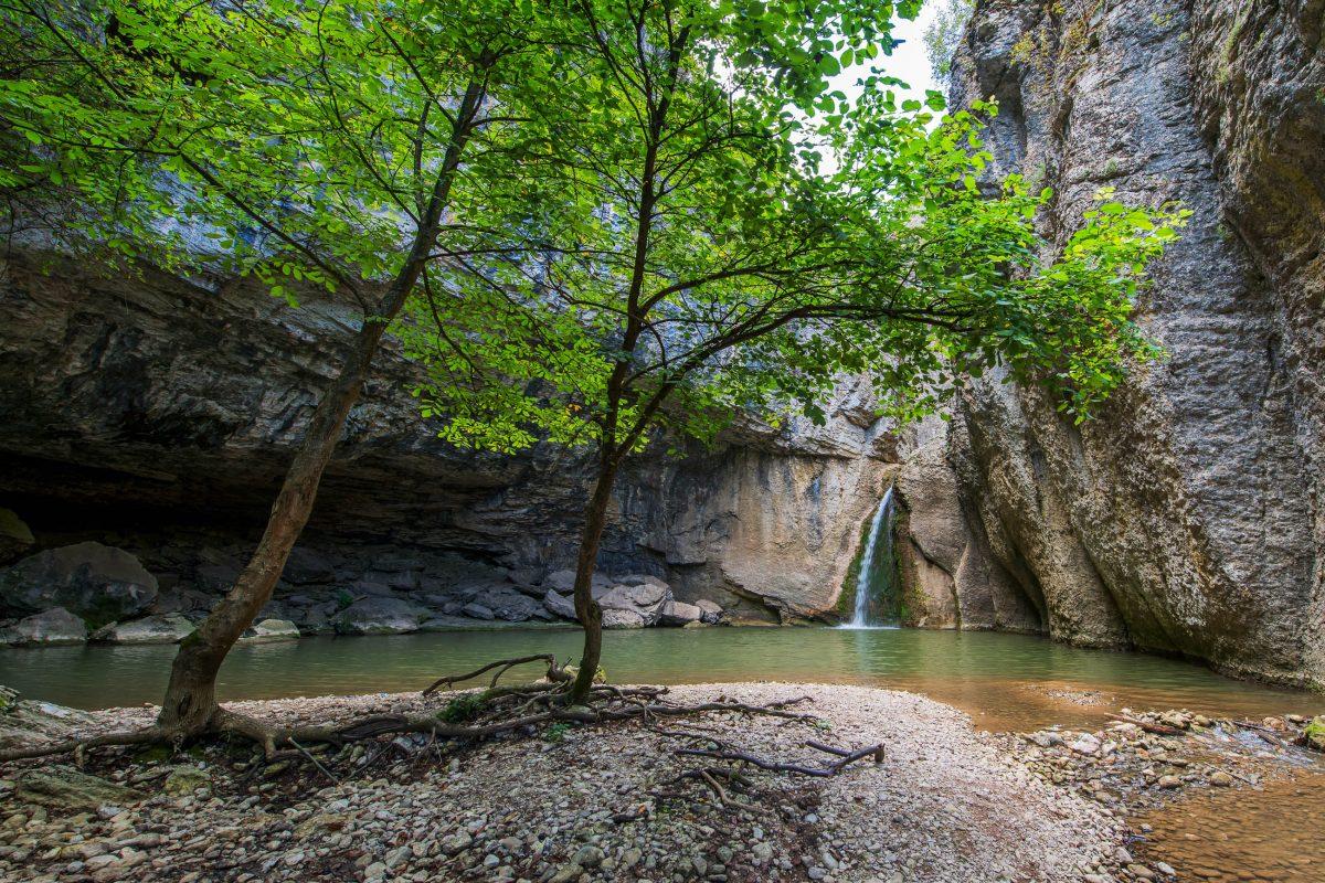 Die bedeutendste Sehenswürdigkeit im Emen Canyon ist der 10m hohe Momin Skok Wasserfall, Bulgarien - © charlathan / Shutterstock