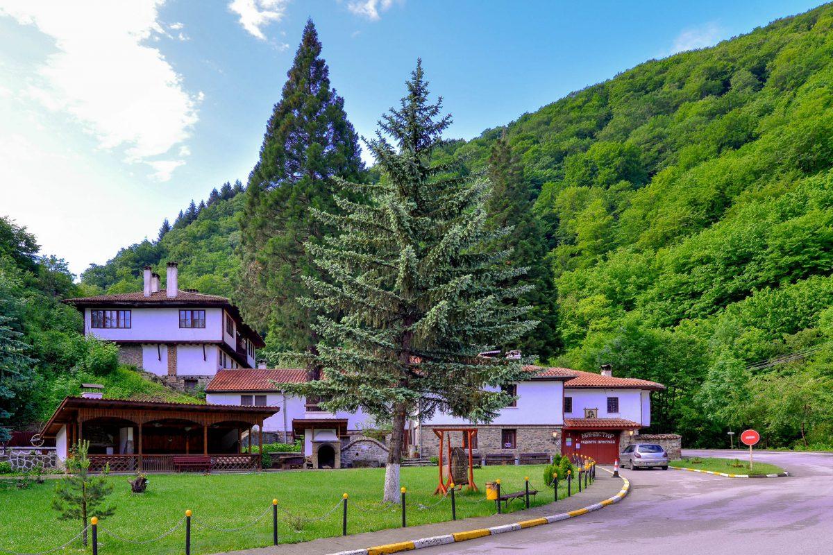 Die idyllische Umgebung des Klosters Osenovlag gilt als Natursehenswürdigkeiten und lädt zum Wandern, Entdecken und Entspannen ein, Bulgarien - © FRASHO / franks-travelbox