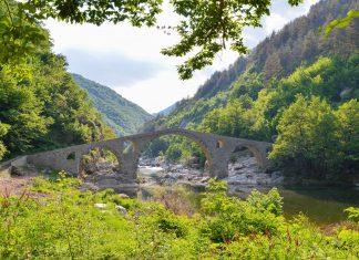 Die mittelalterliche Teufelsbrücke in den Rhodopen im südlichen Bulgarien fügt sich malerisch in ihr lauschiges Flusstal ein - © FRASHO / franks-travelbox