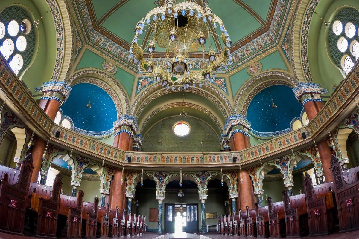 Die Synagoge von Sofia beherbergt mit einem knapp 2 Tonnen schweren Messing-Luster den größten Kronleuchter von Bulgarien - © Fat Jackey / Shutterstock
