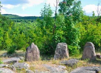 9 der einst 15 Megalithen im Steinkreis von Dolni, Bulgarien, stehen bis heute aufrecht, die restlichen sind umgekippt oder stark zur Seite geneigt - © FRASHO / franks-travelbox