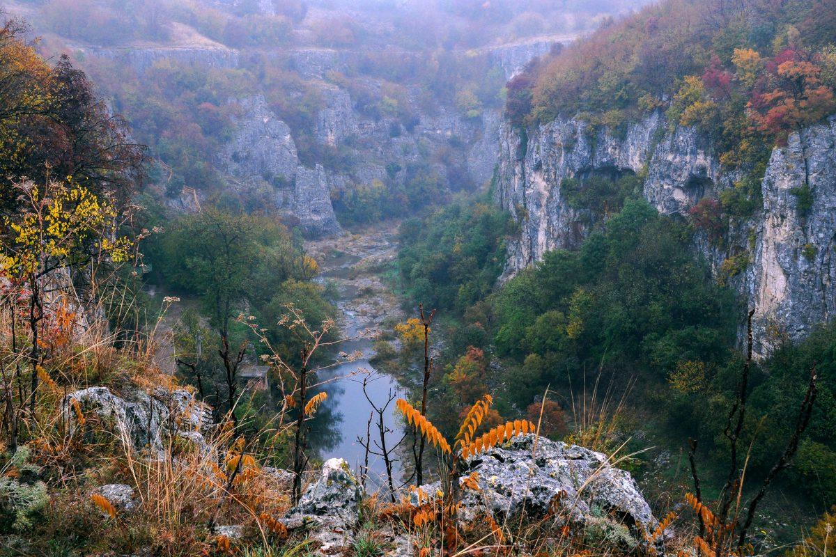 Entlang des Emen Canyons entstand mit Treppen, Brücken und Geländern der allererste Ökowanderweg in Bulgarien - © vicspacewalker / Shutterstock