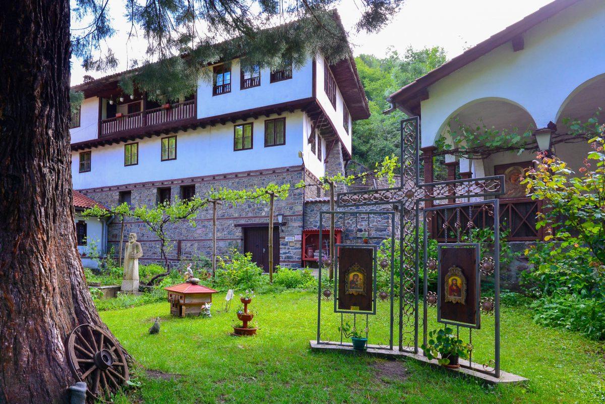 Im 19. Jahrhundert entstanden die Wohn- und Wirtschaftsgebäude des Klosters Osenovlag im Westen Bulgariens - © FRASHO / franks-travelbox