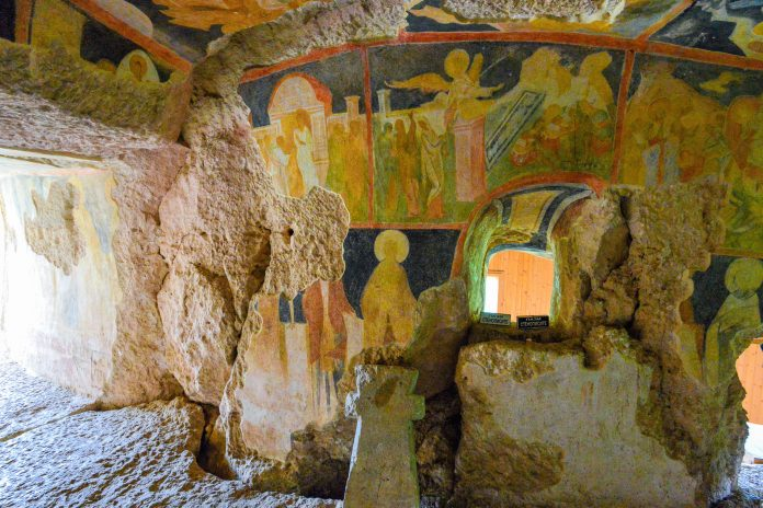 Das orthodoxe Kloster von Iwanowo im Nordosten von Bulgarien ist vor allem durch die eindrucksvollen Fresken seiner Felsenkirchen bekannt - © FRASHO / franks-travelbox
