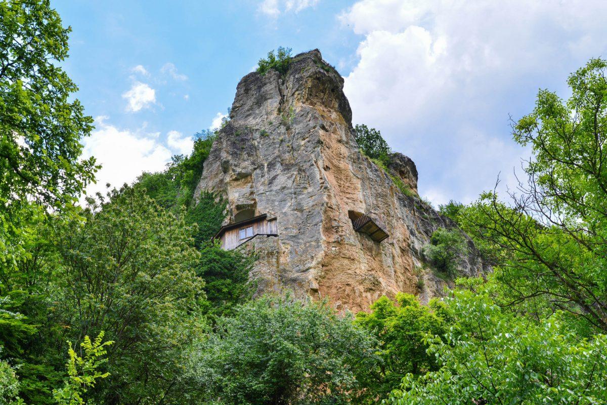 Die Marienkirche des Felsenklosters von Iwanowo, Bulgarien, wurde in rund 40 Metern Höhe in die Steilklippe geschlagen - © FRASHO / franks-travelbox
