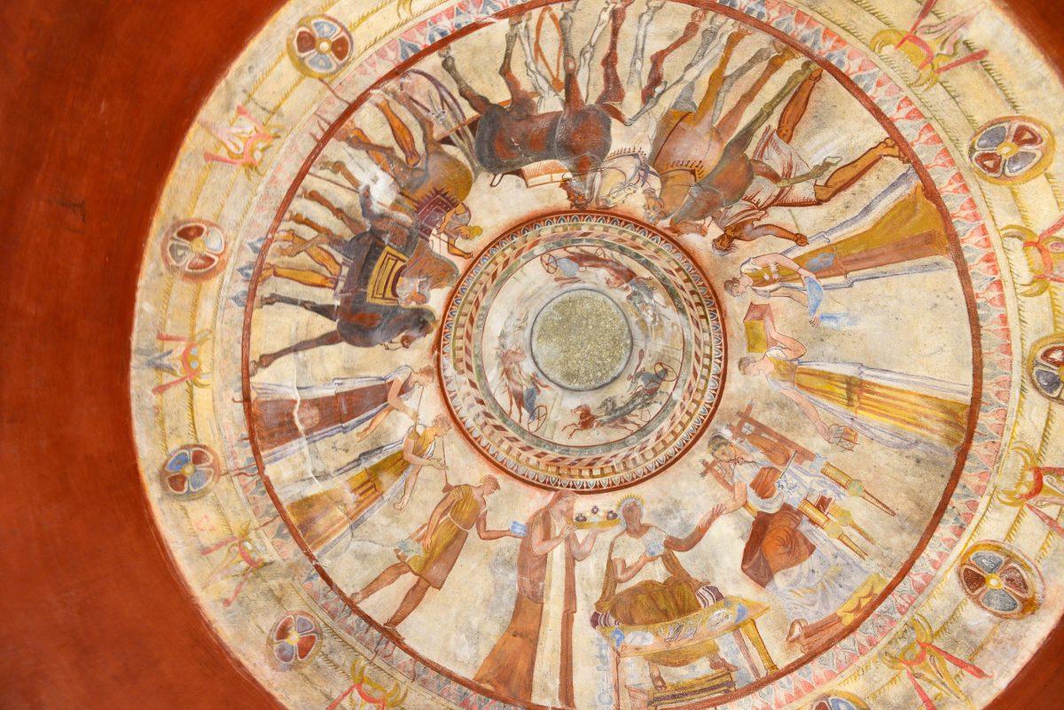Als berühmtestes Bildnis im Thrakergrab von Kazanlank gilt die Szene des gemeinsamen Mahles des verstorbenen Thraker-Königs und seiner Gemahlin, Bulgarien - © FRASHO / franks-travelbox