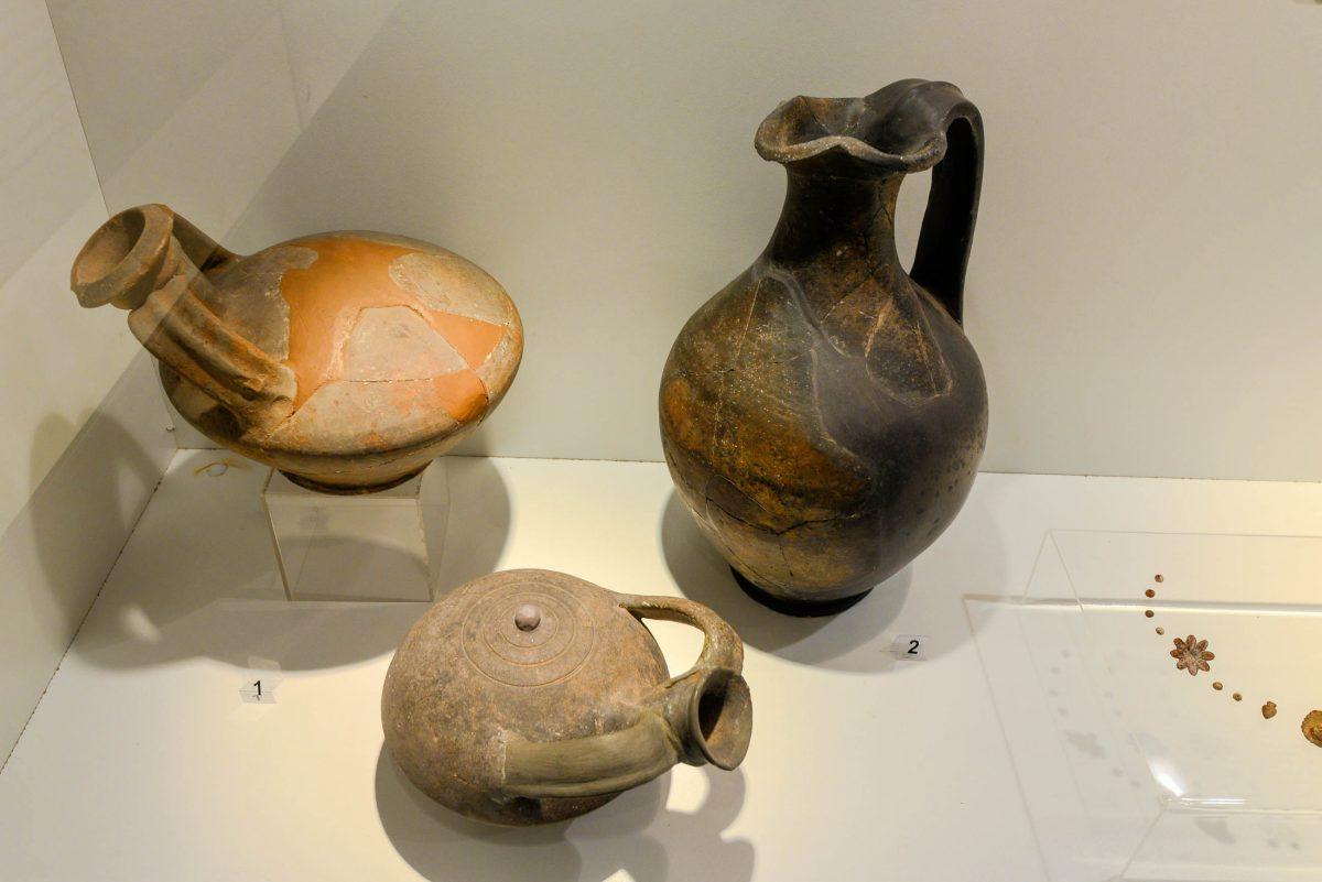Die erhaltenen Grabbeigaben im Thrakergrab von Kazanlak beschränken sich auf ein silbernes Kännchen, eine Amphore und mehrere Keramikscherben, Bulgarien - © FRASHO / franks-travelbox