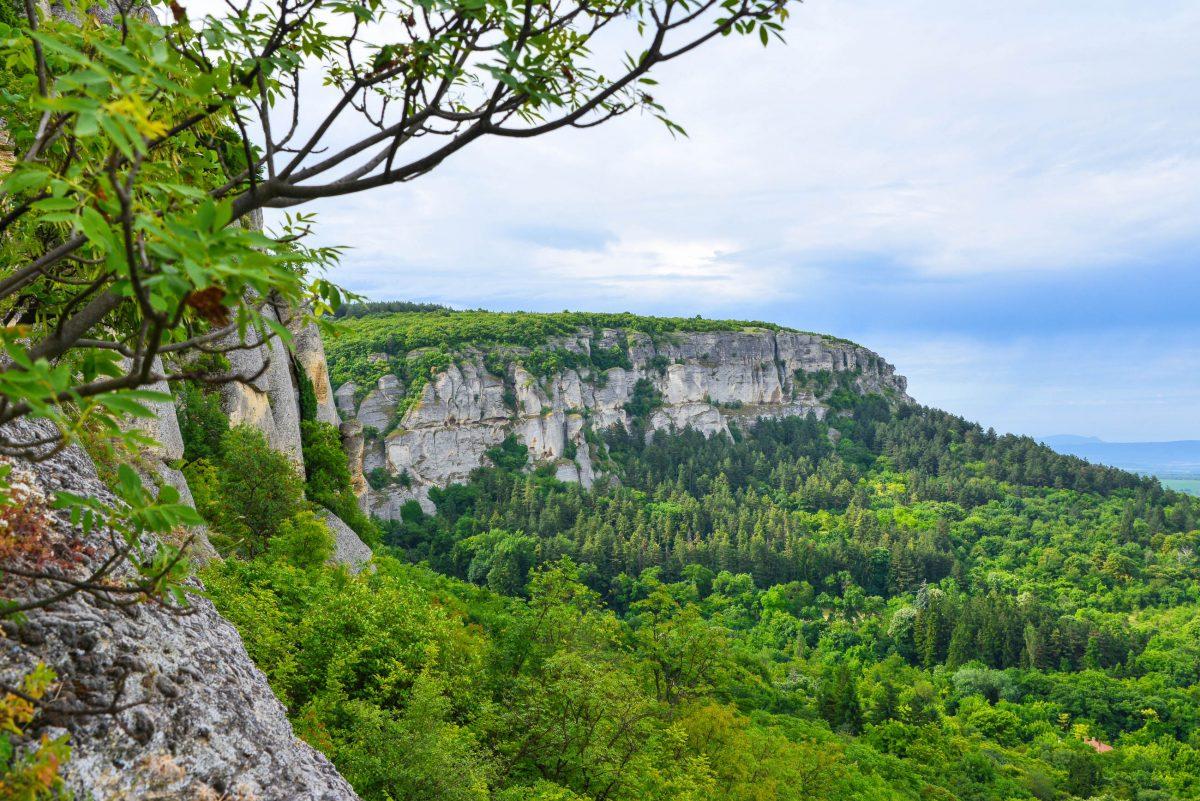 Auf dem Weg zur Festung von Madara lohnt es sich, eine Pause einzulegen, um die herrliche Aussicht in die Umgebung zu genießen, Bulgarien - © FRASHO / franks-travelbox