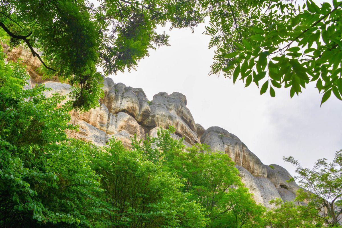 Der Reiter von Madara wurde vor über 1000 Jahren in eine nahezu senkrechte, rund 100 Meter hohe Felswand eingemeißelt, Bulgarien - © FRASHO / franks-travelbox