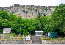 Eingang zum Reiter von Madara mit Blick auf die gewaltige Felswand, in die er im 7. oder 8. Jahrhundert eingemeißelt wurde, Bulgarien - © FRASHO / franks-travelbox