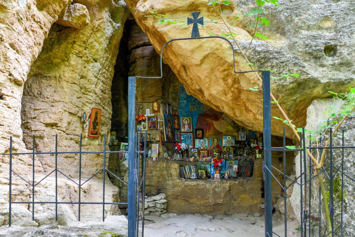In der Felsenkirche von Madara verbreiten christliche Symbole und zahlreiche Heiligenbilder eine spirituelle Atmosphäre, Bulgarien - © FRASHO / franks-travelbox