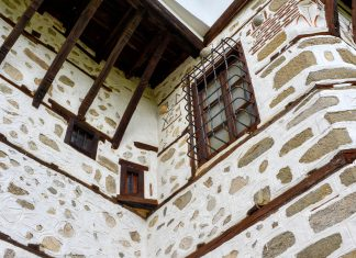 Auch die Fassade des Kordopulow-Hauses ist typisch für die Architektur, die im 18.Jahrhundert in Melnik, Bulgarien, vorherrschte - © FRASHO / franks-travelbox.com