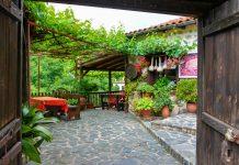 Das friedliche Melnik im Südwesten von Bulgarien ist mit historischer Architektur und seinem köstlichen Wein immer einen Besuch wert - © FRASHO / franks-travelbox.com