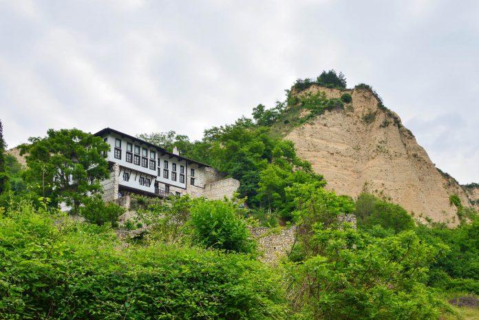 Das Kordopulow-Haus aus dem 18. Jahrhundert schmiegt sich an einen Hang am Rande von Melnik im äußersten Südwesten von Bulgarien - © FRASHO / franks-travelbox.com