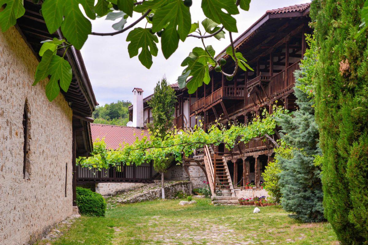 Den wehrhaften Eindruck des Rozhen Klosters mildert der lauschige Innenhof, der von Weinreben beschattet wird, Bulgarien - © FRASHO / franks-travelbox