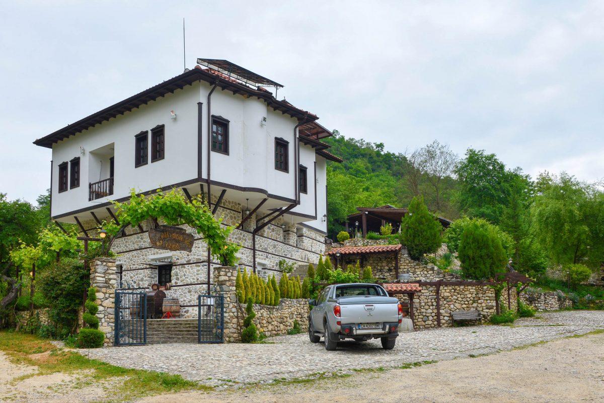 Die hübschen friedlichen Häuser am Fuß eines steilen Gebirgshangs verströmen heute noch die Aura einer typischen Stadt im Stil der Nationalen Wiedergeburt Bulgariens - © FRASHO / franks-travelbox.com