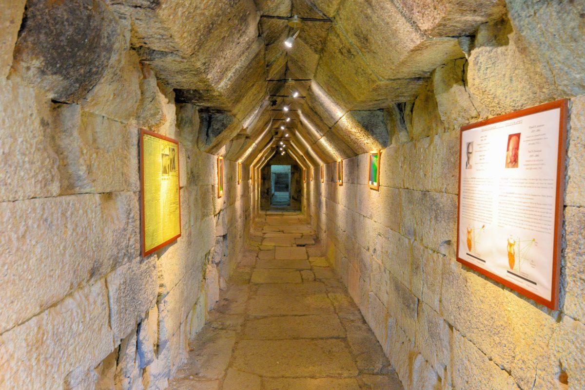 An den Eingang des Thrakergrabs von Mezek schließt ein rund 20m langer Korridor, der so genannte Dromos, an - © FRASHO / franks-travelbox