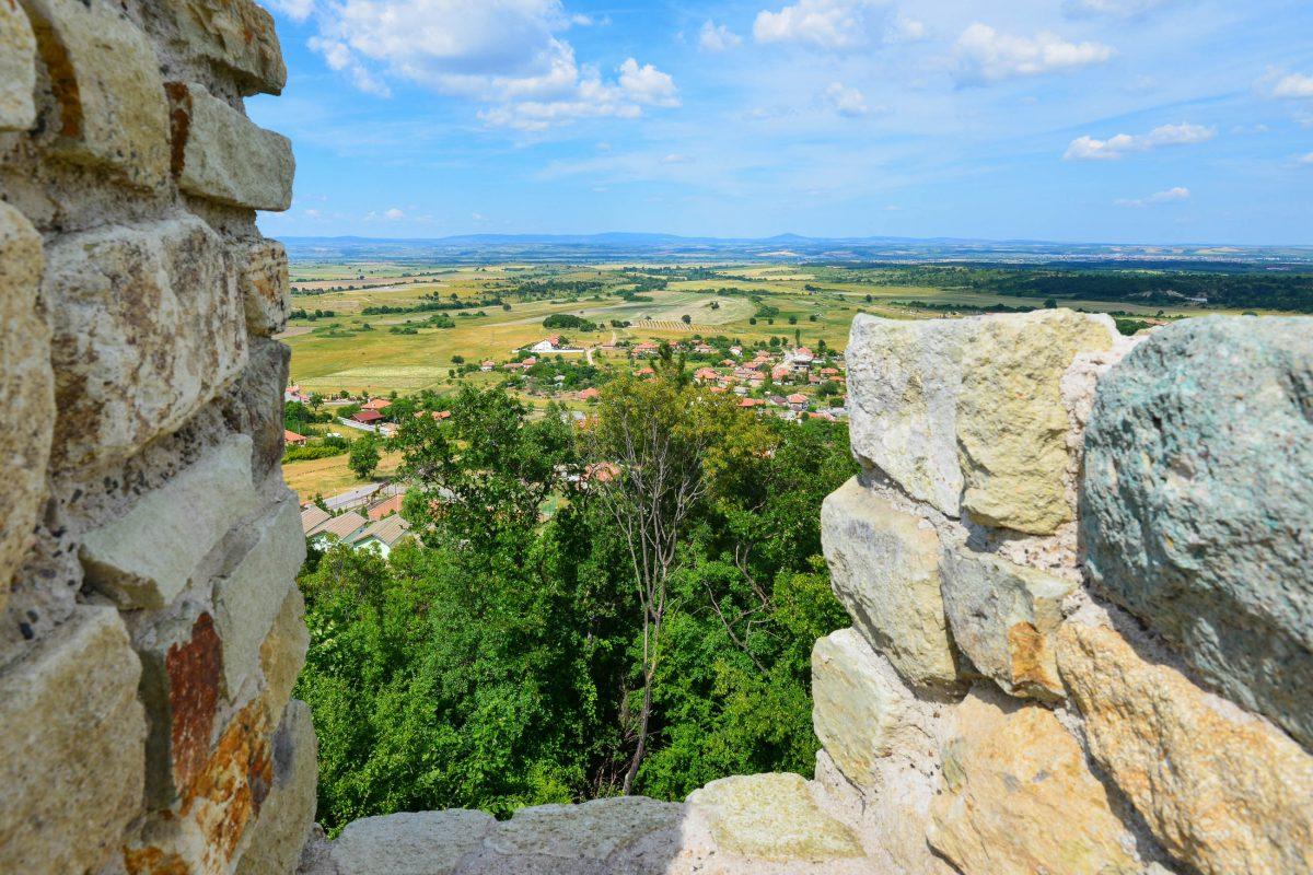 An klaren Tagen fällt der Blick vom höchsten Turm der Festung bei Mezek zwischen der West- und Südmauer bis zur Ägäis, Bulgarien - © FRASHO / franks-travelbox