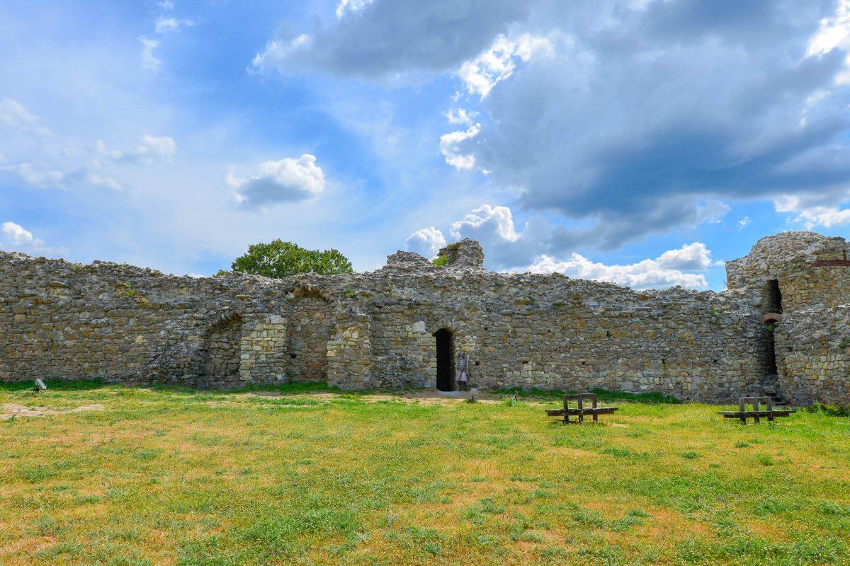 Die mächtigen Mauern der Mezek Festung, die von 9 Rundtürmen verstärkt waren, wurden unter dem byzantinischen Kaiser Alexios I. Komnenos errichtet, Bulgarien - © FRASHO / franks-travelbox