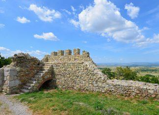 In der zweiten Hälfte des 20. Jahrhunderts wurde begonnen, die Festung bei Mezek zu restaurieren, Bulgarien - © FRASHO / franks-travelbox